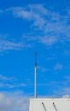 Blitzableiter auf Dach mit blauem Himmel Lizenzfreies Stockbild