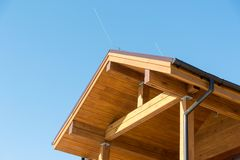 Blitzableiter auf einem Holzhaus Blauer Himmel sicherheit Gebäude Stockfotografie