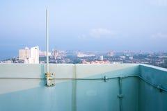 Blitzableiter auf Gebäude mit blauem Himmel Stockfoto
