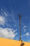 Blitzableiter gegen blauer Himmel-Hintergrund Lizenzfreie Stockfotos
