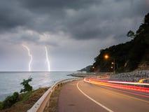Blitzblitz im Meer in der Dämmerung mit Beleuchtung von den Autos Stockbild