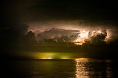 Blitzbolzen über dem Meer Stockbild