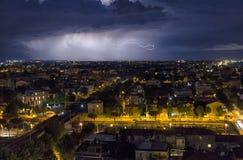 Blitzbolzen über der Stadt Lizenzfreie Stockfotografie