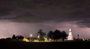 Blitzbolzen über Kirche Lizenzfreies Stockbild