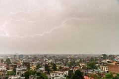 Blitzbolzen über Patan und Kathmandu Lizenzfreies Stockbild