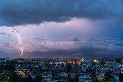 Blitzbolzen über Patan und Kathmandu Lizenzfreies Stockfoto
