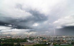 Blitzbolzen über Stadt am stürmischen Tag Stockbilder