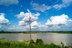 Blitzbolzen auf dem Hoch, das den Fluss übersieht Lizenzfreie Stockbilder