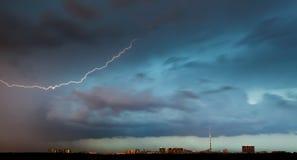 Blitzbolzen in den Sturmwolken über Stadt Lizenzfreie Stockfotografie