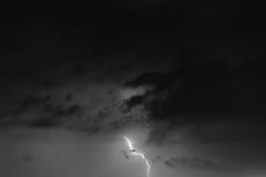 Blitzbolzen gegen den Hintergrund einer Gewitterwolke Stockfotos