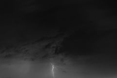 Blitzbolzen gegen den Hintergrund einer Gewitterwolke Lizenzfreies Stockbild