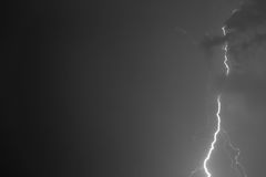 Blitzbolzen gegen den Hintergrund einer Gewitterwolke Stockbilder