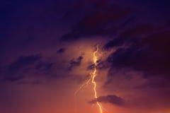 Blitzbolzen gegen den Hintergrund einer Gewitterwolke Lizenzfreies Stockfoto