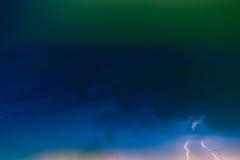 Blitzbolzen gegen den Hintergrund einer Gewitterwolke Lizenzfreie Stockfotos