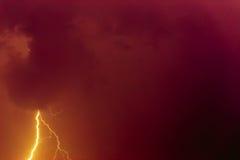 Blitzbolzen gegen den Hintergrund einer Gewitterwolke Stockfotografie