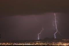 Blitzdonner und -regen über der Stadt Stockbilder