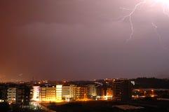 Blitze über der Nachtstadt Stockfotografie