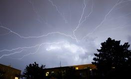 Blitze über der Stadt Stockbild