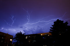 Blitze über der Stadt Stockfoto