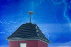 Blitze über einem kleinen Turm mit Fliegeralarm Lizenzfreie Stockbilder