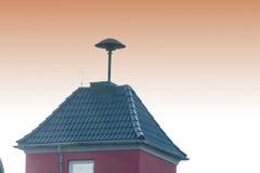 Blitze über einem kleinen Turm mit Fliegeralarm Stockfotos