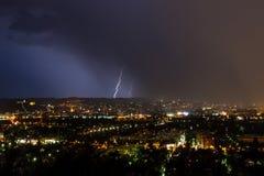 Blitze über einer Stadt Stockbilder