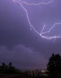 Blitze über Stadt während der Nacht mit blauem Himmel Stockbilder