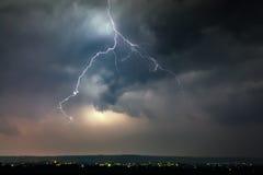Blitze über Stadt während des Gewitters Lizenzfreies Stockbild