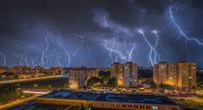 Blitze über Wohnsiedlung Stockfoto