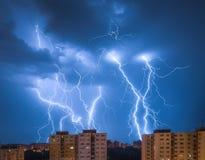 Blitze über Wohnsiedlung Lizenzfreies Stockbild
