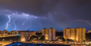Blitze über Wohnsiedlung Lizenzfreie Stockbilder