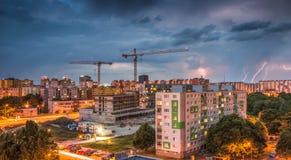 Blitze über Wohnsiedlung Sturm in der Stadt Stockfotografie