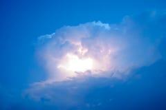 Blitze in den Sturmwolken Glockengeläute eines Donners und der funkelnden Blitze in den Wolken Stockbild