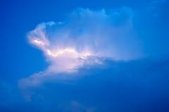 Blitze in den Sturmwolken Glockengeläute eines Donners und der funkelnden Blitze in den Wolken Stockfoto