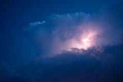 Blitze in den Sturmwolken Glockengeläute eines Donners und der funkelnden Blitze in den Wolken Stockfotografie