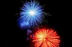 Blitze des blauen Rotes grünen Feuerwerke gegen den schwarzen Himmel Stockbilder