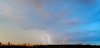 Blitze im dunkelblauen Himmel über Stadt Stockbilder