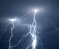 Blitze und Donner während des schweren Sommersturms Stockbilder