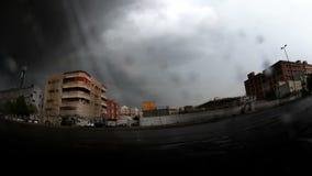 Blitze und Guillaume-Wolken und -starker Regen über Straße stock footage