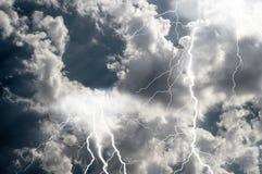 Blitze und mutiger Streik des Donners Stockfotografie