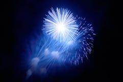 Blitze von blauen und weißen Feuerwerken und von blauem Rauche Lizenzfreie Stockfotografie