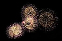 Blitze von festlichen Grußfeuerwerken von Gold- und Fliederfarben Stockbild