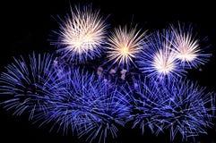 Blitze von Feuerwerken von blauen und weißen Farben Stockbild