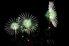 Blitze von Feuerwerken der grünen und weißen Farbe Lizenzfreie Stockfotos