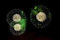 Blitze von Feuerwerken der grünen und weißen Farbe Lizenzfreie Stockbilder