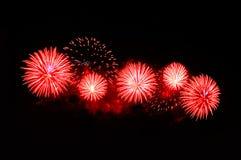 Blitze von Feuerwerken der roten Farbe gegen den schwarzen Himmel Lizenzfreies Stockfoto