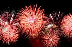 Blitze von Feuerwerken der roten Farbe gegen den schwarzen Himmel Stockfoto