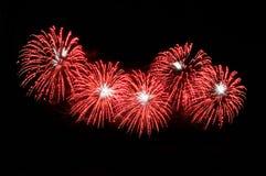 Blitze von Feuerwerken der roten und weißen Farbe Stockfotografie
