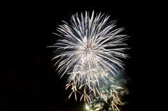 Blitze von Feuerwerken der weißen Farbe gegen den schwarzen Himmel Stockbild