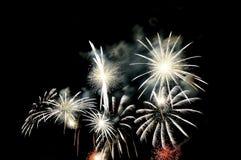 Blitze von Feuerwerken der weißen Farbe gegen den schwarzen Himmel Stockfoto